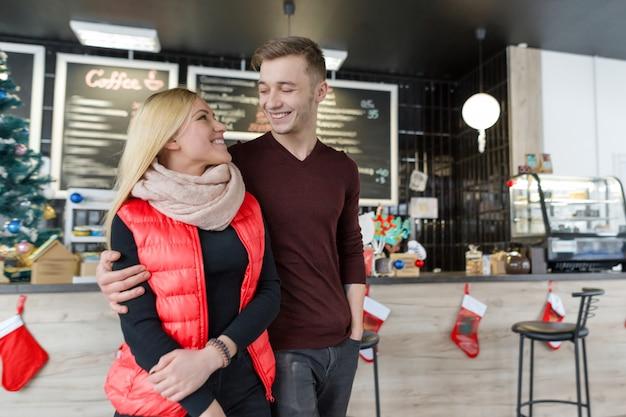 Casal feliz e sorridente. férias de natal, amor e relacionamentos
