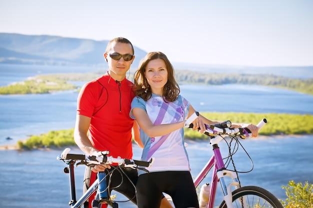 Casal feliz em bicicletas família sport