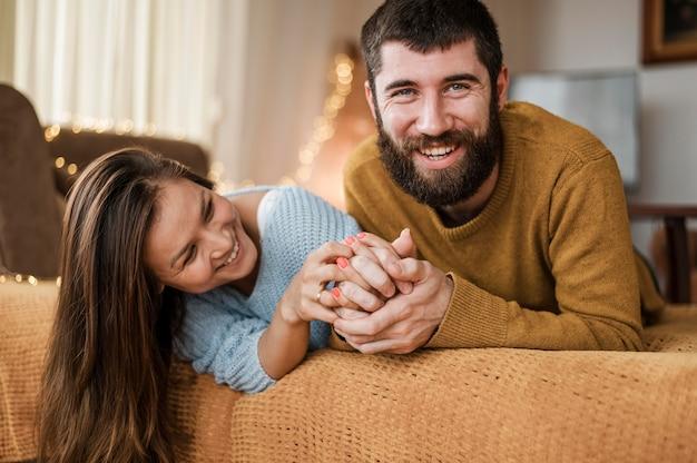 Casal feliz em casa com tiro médio