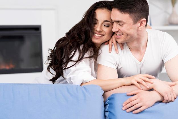 Casal feliz em casa no sofá