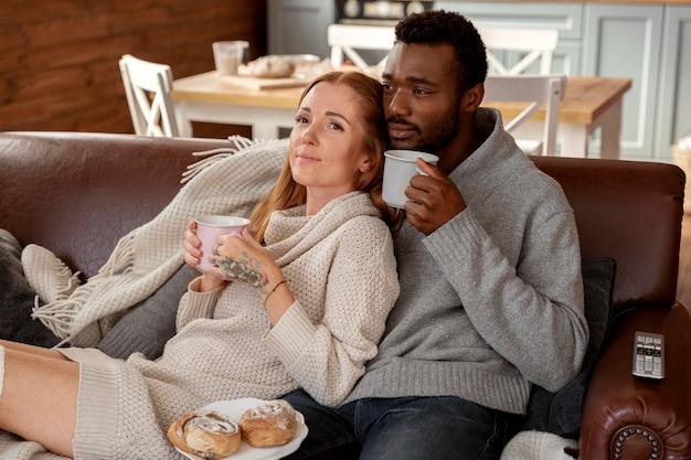 Casal feliz em foto média sentados juntos