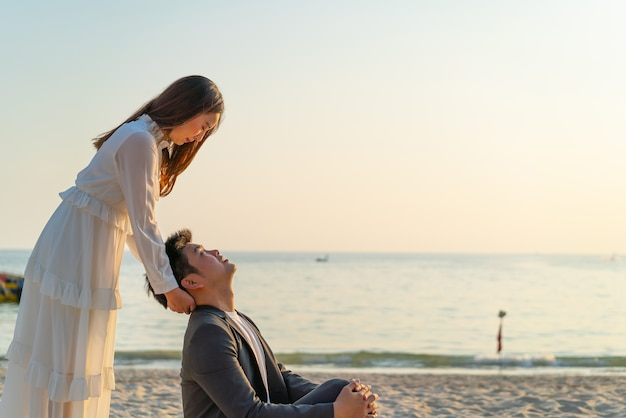 Casal feliz em lua de mel, viagem em praia de areia tropical no verão