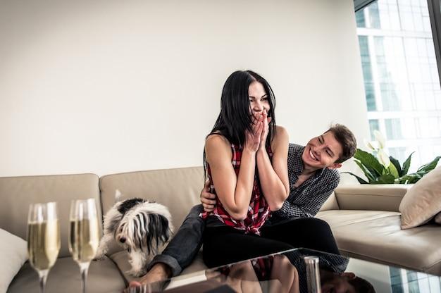 Casal feliz em seu novo apartamento caro