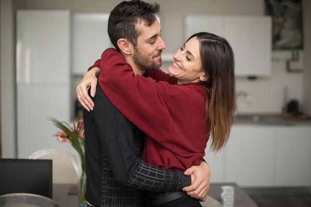 Casal feliz em sua casa