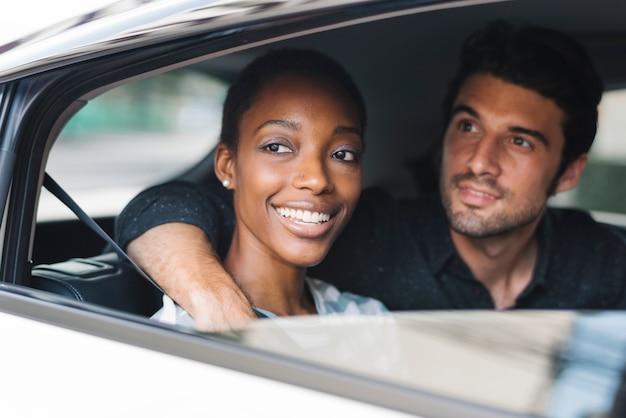 Casal feliz em um carro