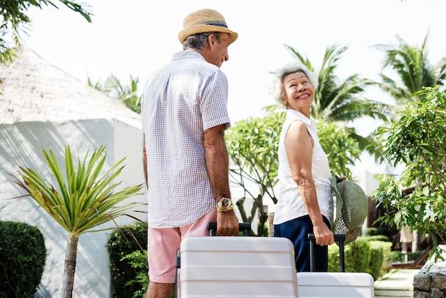 Casal feliz em um resort