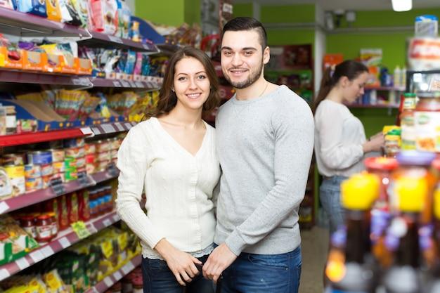Casal feliz em um supermercado