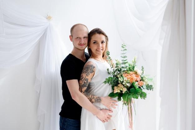 Casal feliz esperando o nascimento de uma criança. gravidez.