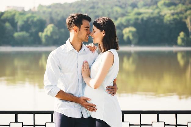 Casal feliz esperando um bebê, antecipando o papel dos pais