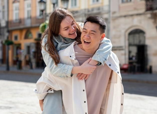 Casal feliz, estilo de vida ao ar livre, tiro médio