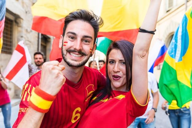 Casal feliz fãs torcedores da espanha