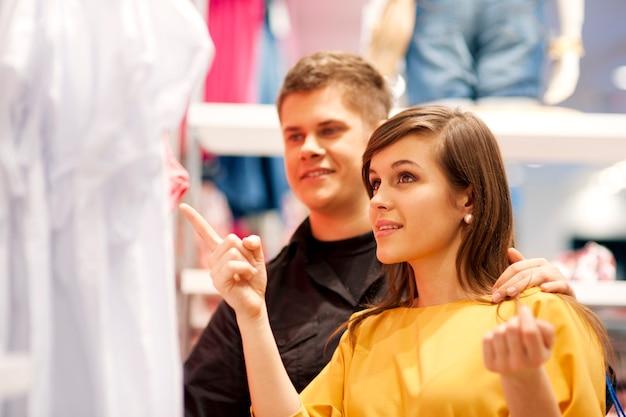 Casal feliz fazendo compras