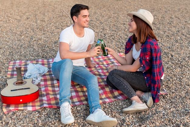 Casal feliz fazendo piquenique romântico juntos