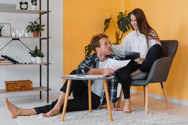 Casal feliz fazendo planos para redecorar a casa