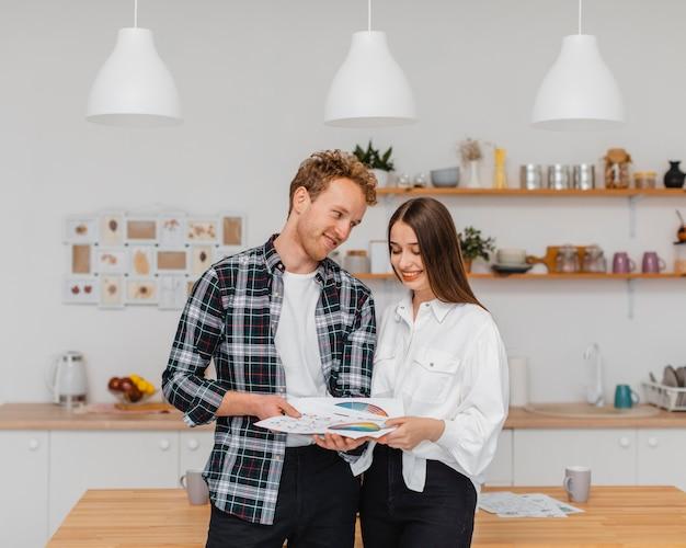Casal feliz fazendo planos para reformar a casa