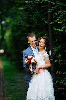 Casal feliz. foto de casamento. o casal está apaixonado.