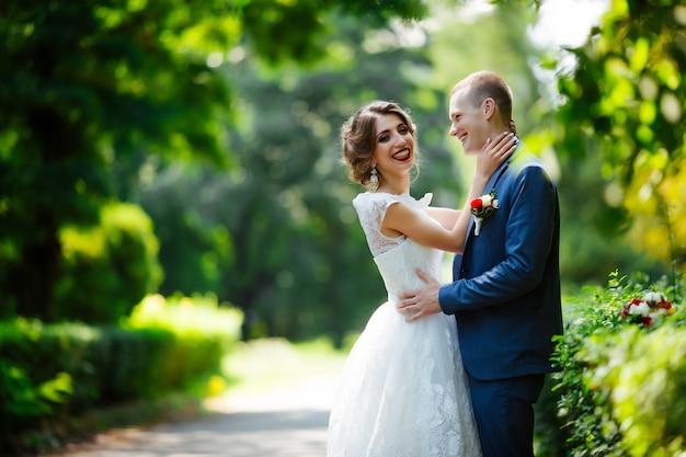 Casal feliz foto de casamento o casal está apaixonado