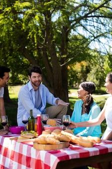 Casal feliz interagindo enquanto come refeição