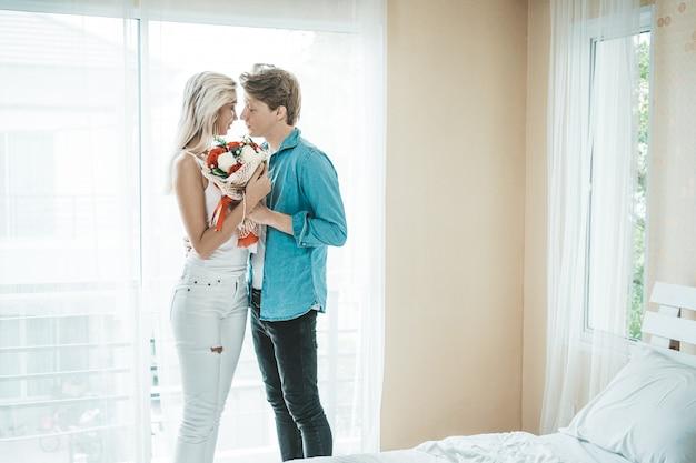 Casal feliz jogando juntos no quarto