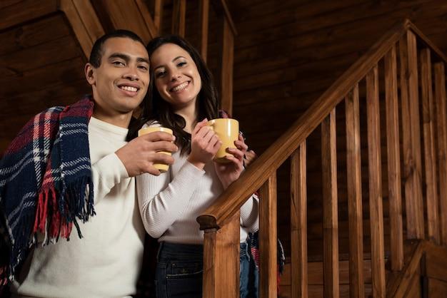 Casal feliz junto em casa