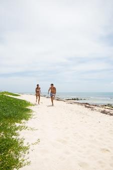 Casal feliz juntos de férias à beira-mar