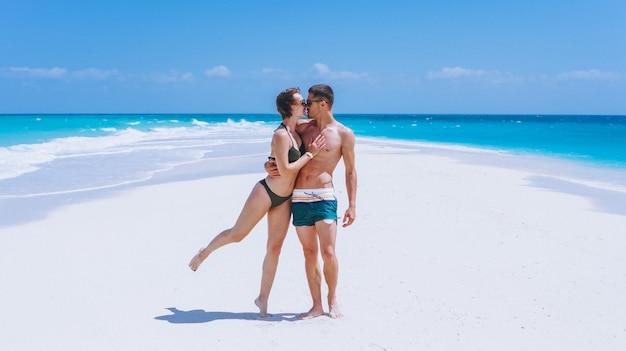 Casal feliz juntos em um período de férias pelo oceano