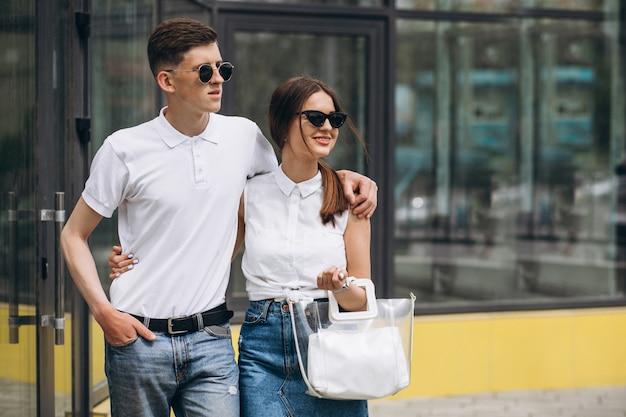 Casal feliz juntos na cidade