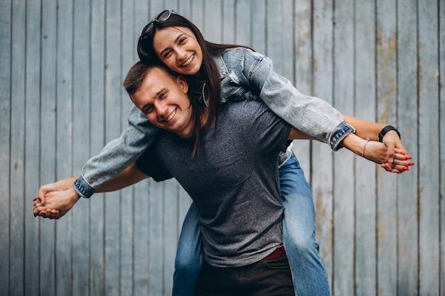 Casal feliz juntos no parque