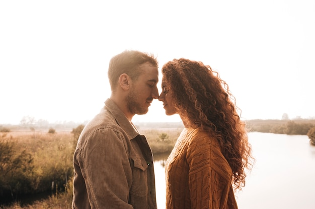 Casal feliz lateral, tendo um momento de ternura