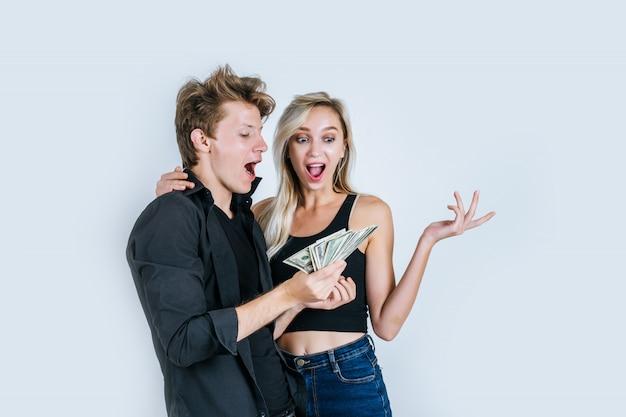 Casal feliz mostra notas de dólar fazer algum negócio