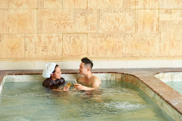 Casal feliz na banheira de hidromassagem