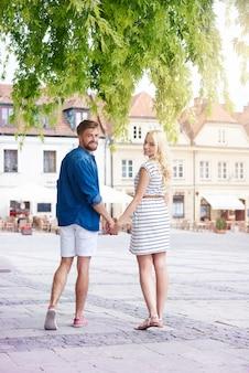 Casal feliz na cidade velha