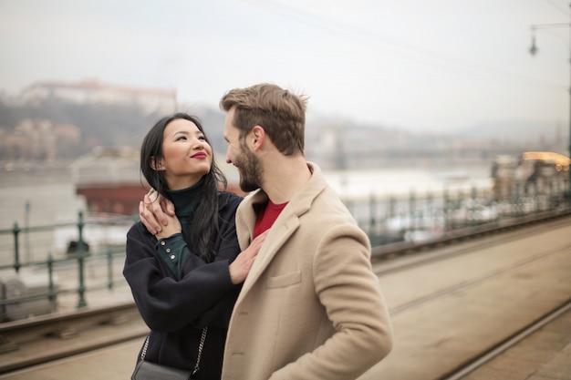 Casal feliz na cidade