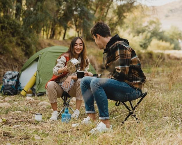 Casal feliz na floresta estando juntos