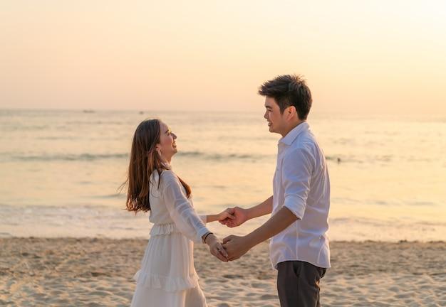 Casal feliz na praia de areia tropical no verão