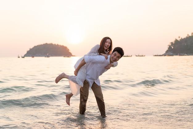 Casal feliz na praia tropical no verão