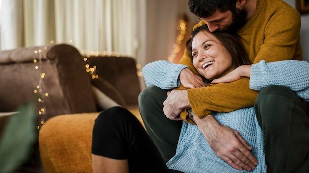 Casal feliz na sala de estar