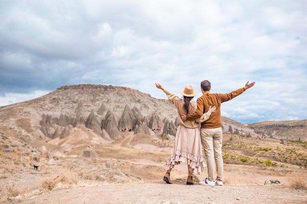 Casal feliz nas férias de verão em lugar famoso. formações de cavernas.