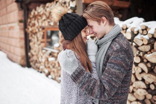 Casal feliz natal apaixonado abraço na floresta fria de inverno nevado, copyspace, festa de festa de ano novo, férias e férias, viagens, amor e relações