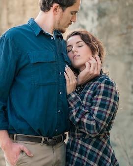 Casal feliz no amor anda no topo de montanhas.
