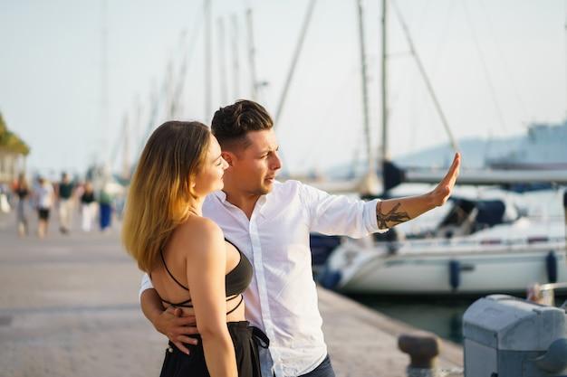 Casal feliz no amor caminha no porto