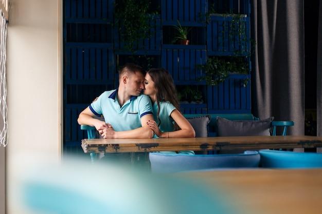Casal feliz no amor. cara, abraçando uma garota indoor.romantic data no restaurante. conceito de história de amor no interior elegante