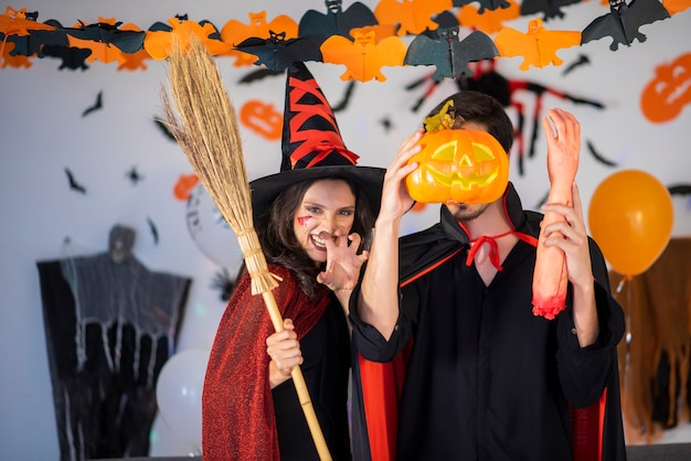 Casal feliz no amor em fantasias e maquiagem em uma celebração do halloween