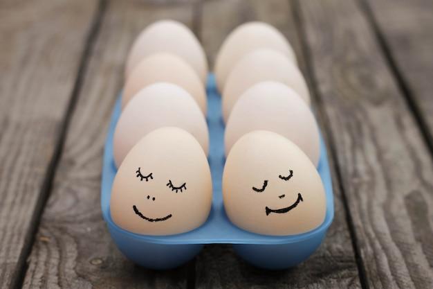 Casal feliz no amor. ovos.
