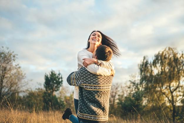Casal feliz no amor relaxante no campo.