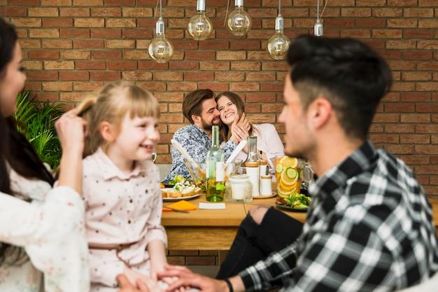 Casal feliz no amor sentado à mesa