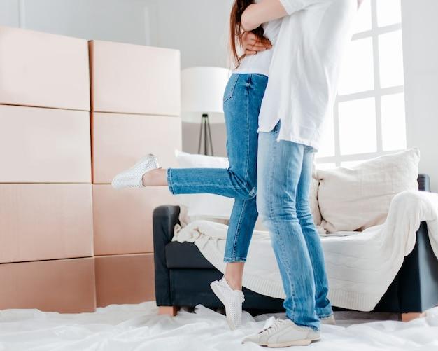 Casal feliz no dia da mudança para seu novo apartamento. foto com cópia-espaço