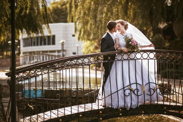 Casal feliz no dia do casamento. anda a noiva e o noivo no parque nacional no outono.