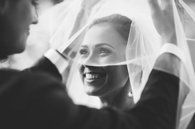 Casal feliz no dia do casamento. noiva e noivo