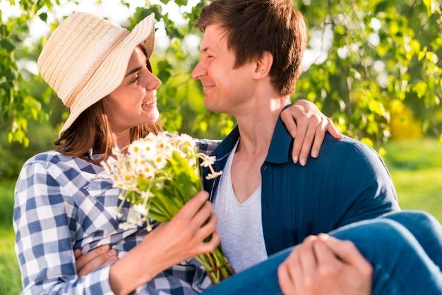 Casal feliz no encontro no parque